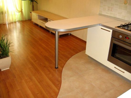 Сочетание плитки и ламината в кухне-студии