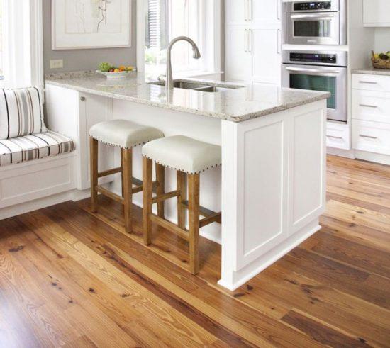 Паркетная доска - самый дорогой вариант напольного покрытия для кухни