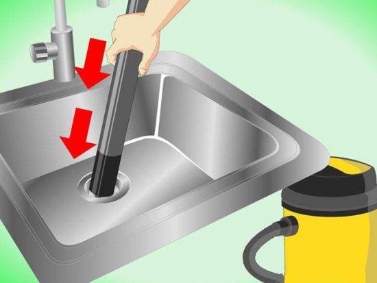 Прочистить засор в трубах можно с помощью пылесоса
