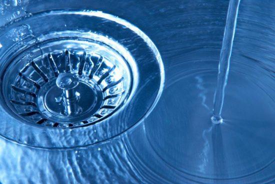 Для профилактики засоров можно промывать стоки горячей водой