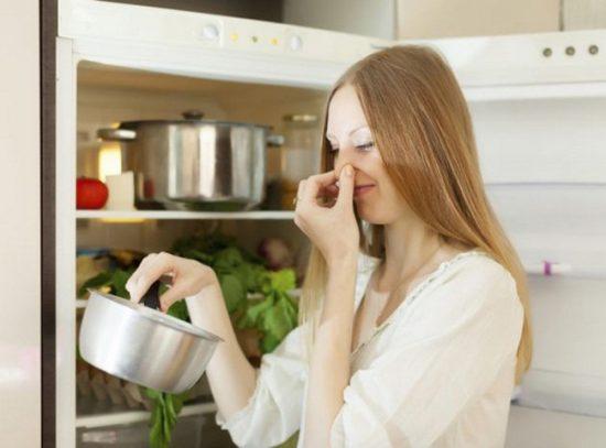Часто причиной запаха становятся испорченные продукты, которые срочно нужно удалить