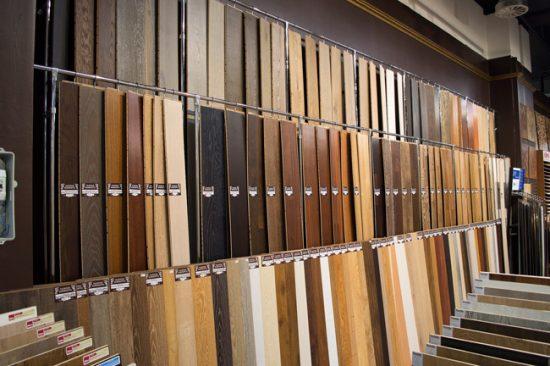В строительных магазинах можно подобрать необходимый оттенок ламината
