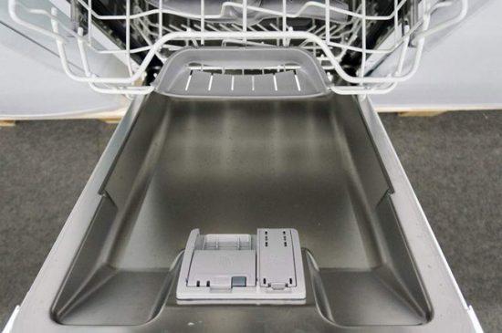 Применяют домашнее средство для посудомоечной машины так же, как и покупные порошки