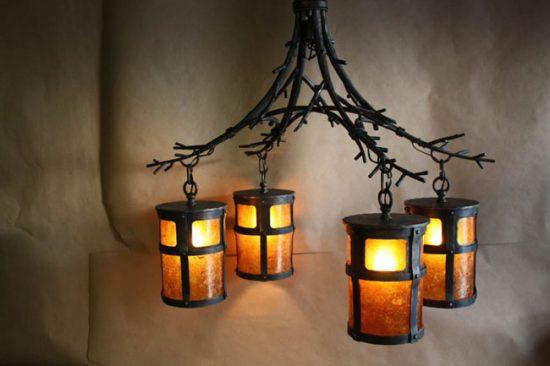 Кованые светильники очень популярны, но стоит хорошо подумать, подойдут ли они к вашему интерьеру