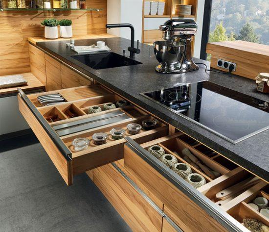 Современная кухня должна быть аккуратной, поэтому все баночки и приборы лучше убрать в ящички