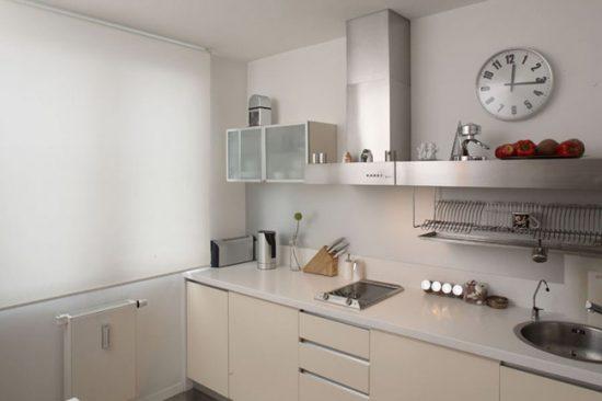 Стальные поверхности актуальны для маленьких кухонь