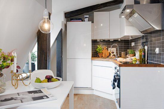 В качестве декора могут выступать яркие кухонные принадлежности