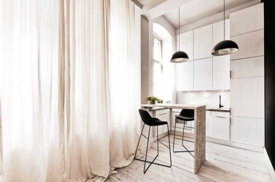 Длинные шелковые шторы в интерьере просторной кухни