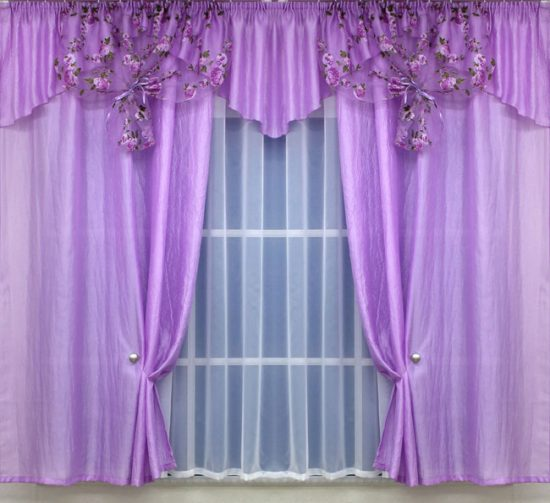 Сиреневые шторы очень освежают интерьер