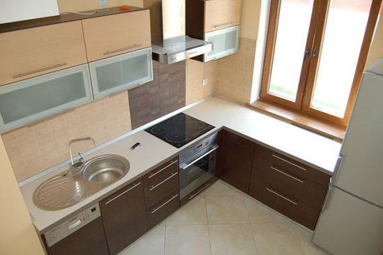 Угловая кухня позволяет эффективно использовать пространство возле окна