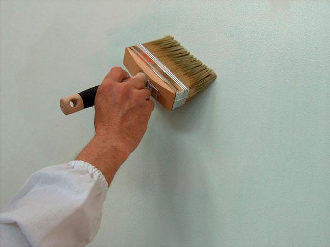 Перед нанесением штукатурки стену необходимо загрунтовать