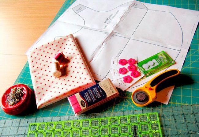 Фартук можно сшить из имеющихся кусочков ткани или старой одежды