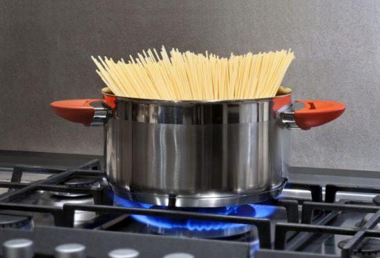 Для газовой плиты подходят любые кастрюли