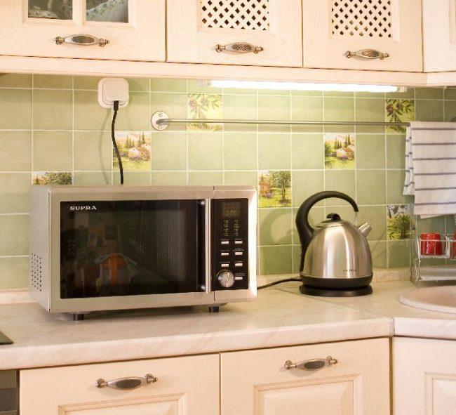 Микроволновка занимает на столе много места, поэтому на маленькой кухне для не лучше выделить отдельное место