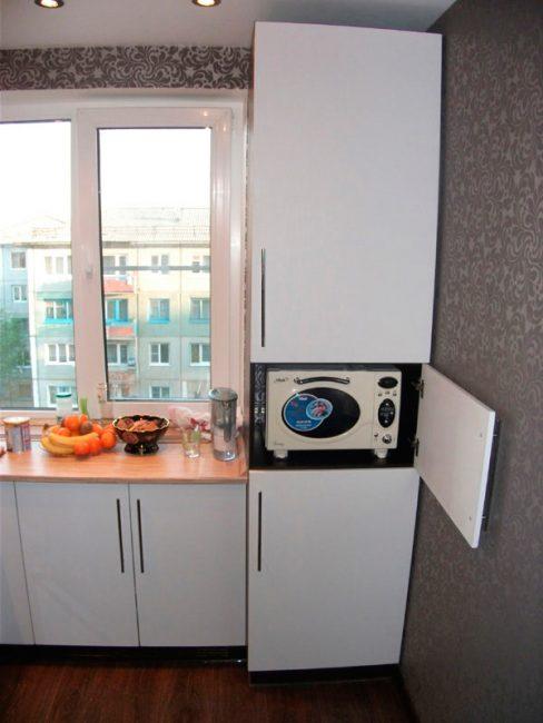 Микроволновка в шкафу кухонного гарнитура