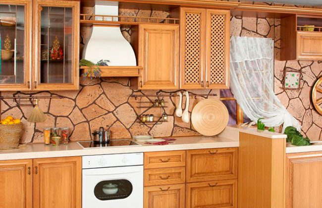 Мебель для кухни в стиле кантри лучше выбирать из массива дерева
