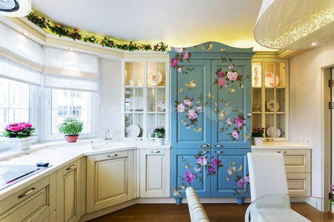 В оформлении кухни в стиле прованс можно использовать живые цветы или букеты сухоцветов