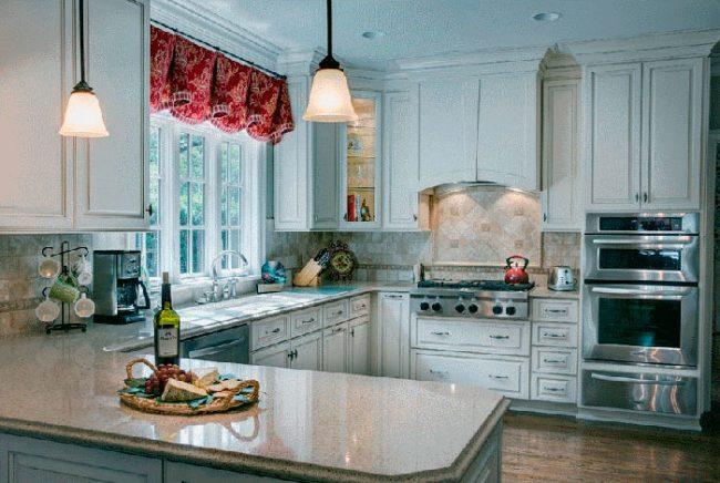В оформлении кухни в стиле прованс используется искусственно состаренная мебель