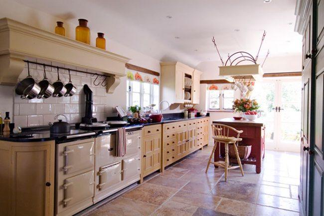 При оформлении кухни в английском стиле внимательно необходимо подойти к выбору оттенка мебели