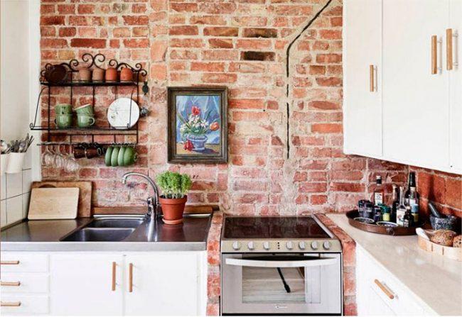 Рабочий фартук на кухне можно сделать в виде кирпичной кладки
