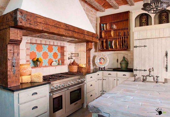 Одну из стен кухни можно стилизовать под печь