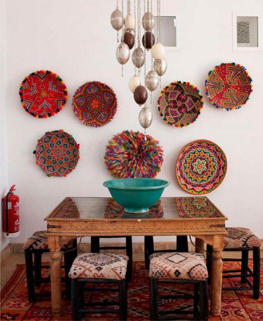Марокканский стиль подчеркнут различные тематические украшения на стенах