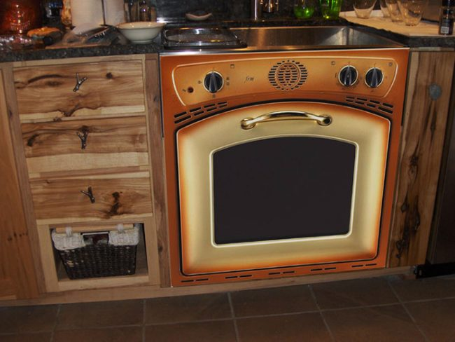 При стилизации кухни под старину не стоит забывать и об бытовой технике