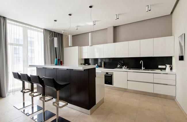 На кухне в минималистичном стиле преобладают строгие геометрические формы