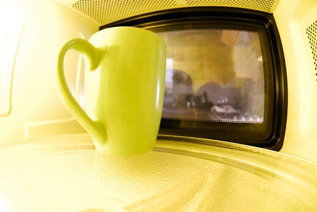 Использовать металлическую посуду и приборы в микроволновке нельзя