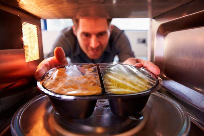 В процессе приготовления пищи микроволны не оказывают никакого влияния на человека