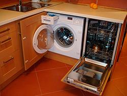Встраиваемая стиральная машинка на кухне