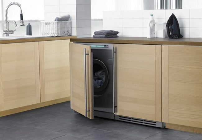 Если правильно установить стиральную машину на кухне, она не будет мешать и займет не используемое место