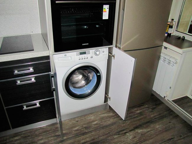 Если стиральная машинка не встраиваемая и не имеет петель для крепления фасадов, ее можно просто убрать в шкаф