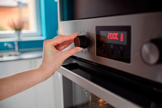 Электрический духовой шкаф с электронным управлением выключит духовку после приготовления блюда