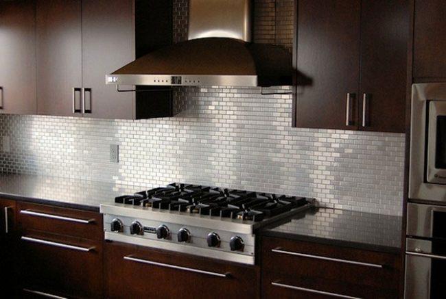 Сложить фартук из мозаики на кухне - достаточно сложная и трудоемкая работа