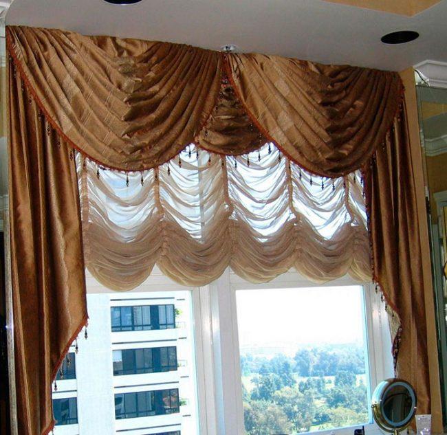 Чистить шторы можно пылесосом, стирать - в деликатном режиме