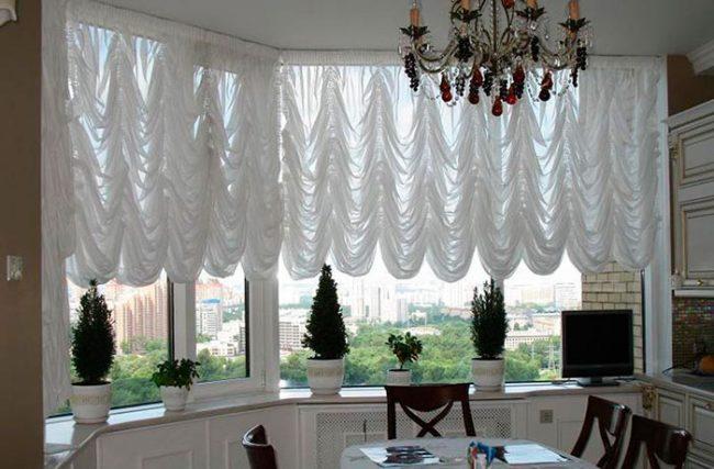 Для больших окон обычно подбирают французские шторы длиной до середины окна