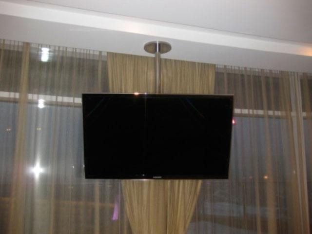Крепление телевизора к потолку