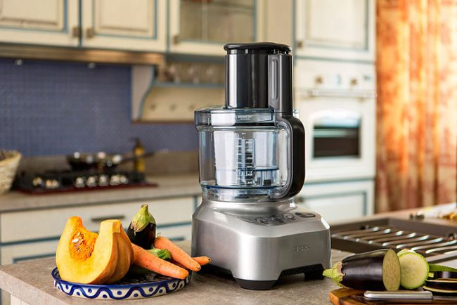 Кухонные комбайны с чашами из пластика имеют более низкую стоимость