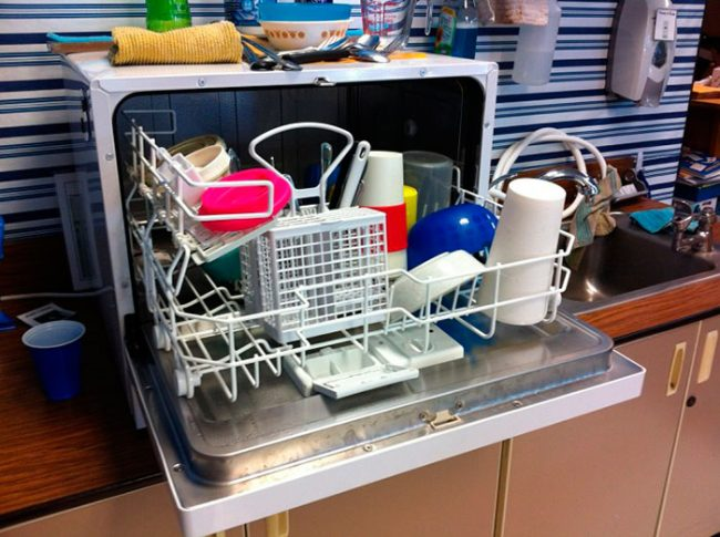 Настольная посудомоечная машина отлично подойдет для малогабаритной кухни