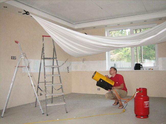 При установке натяжные потолки из ПВХ требуют нагревания