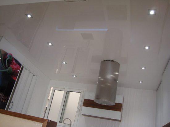 Натяжные потолки делают комнату визуально выше и просторнее