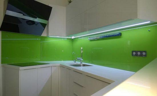 Для кухонного фартука лучше выбирать каленое стекло
