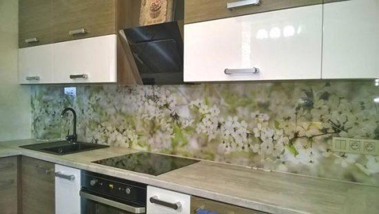Кухонный фартук из стекла легко поддается уходу