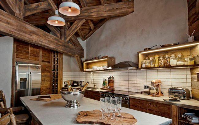Натуральное дерево - популярный стиль при оформлении кухни в стиле шале
