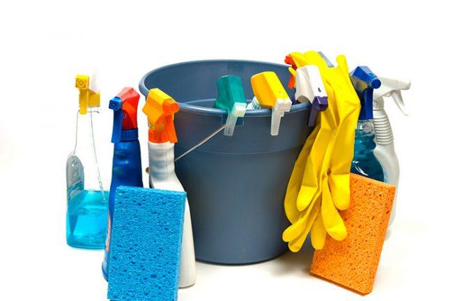 Мыть потолок необходимо раз в три-четыре месяца