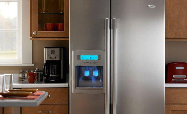 Дорогие модели холодильников имеют дополнительные функции - например, охлаждение воды