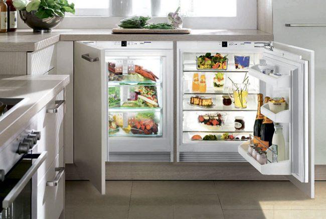 Если кухня небольшой площади, можно приобрести маленький встраиваемый холодильник