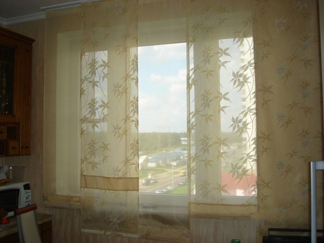 В одной шторе можно сочетать несколько оттенков и ткани разной структуры